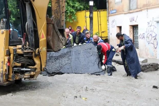 «Большая вода» уходит из Ялты в море. В городе идет ликвидация последствий стихийного бедствия
