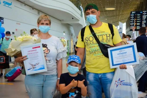 """Аэропорт """"Симферополь"""" впервые обслужил два миллиона пассажиров за первое полугодие"""