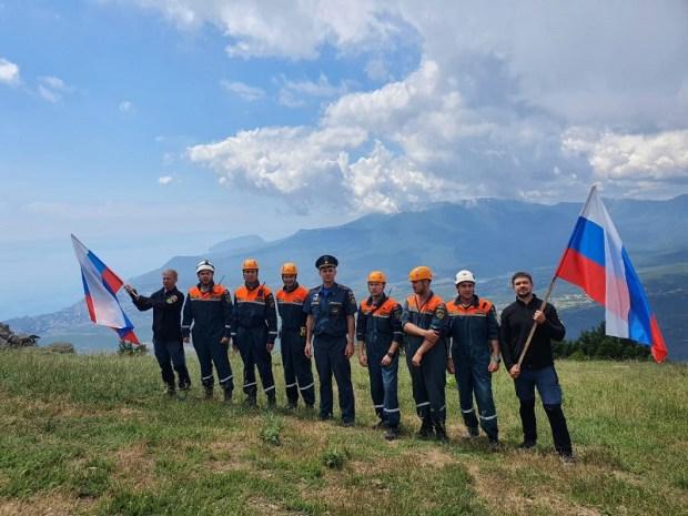 В День России на вершине горы Демерджи в Крыму водрузили триколор