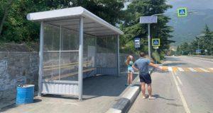 На ялтинской трассе появились новые остановочные павильоны