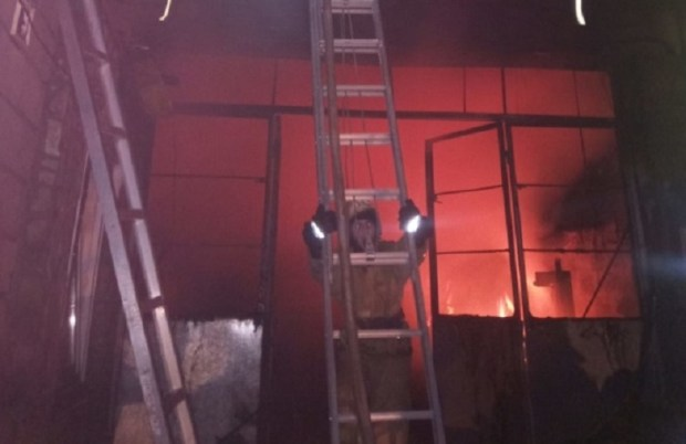 Пожар в Симферополе: двухэтажный гараж тушили более трех часов