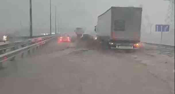 Движение на трассе «Таврида» на востоке Крыма ограничено. Дорожное полотно снова подтопило