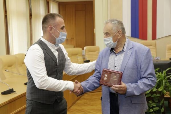 Крымчанам вручили награды ко Дню государственного флага России