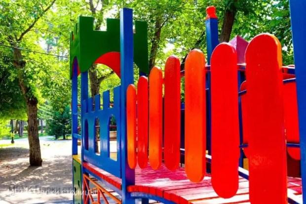 В Симферополе, в сквере Тренёва завершён ремонт детского игрового комплекса
