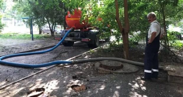 В Керчи спасатели продолжают откачивать воду из подтопленных подвалов домов