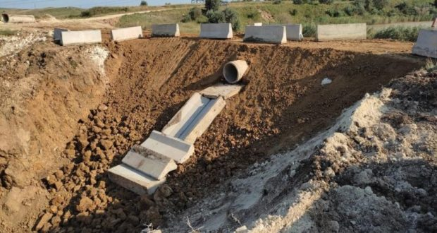 Под Керчью, в селе Бондаренково завершено возведение дамбы
