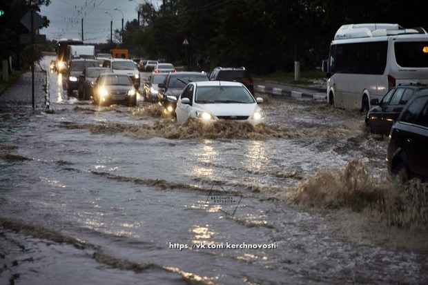 Ночью Керчь заливало дождем, но город от наводнения удалось спасти