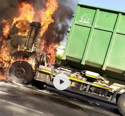 Автопожар в Симферополе: на ходу загорелся КАМАЗ