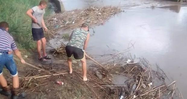 Коммунальщики расчищают ливнёвки и русло реки Мелек-Чесме в Керчи