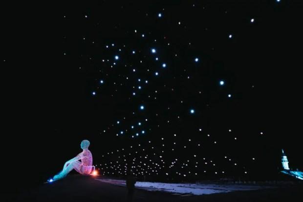 Небесный спектакль «Человек, смотрящий в будущее» над «Тавридой.АРТ». Актёры - десятки дронов