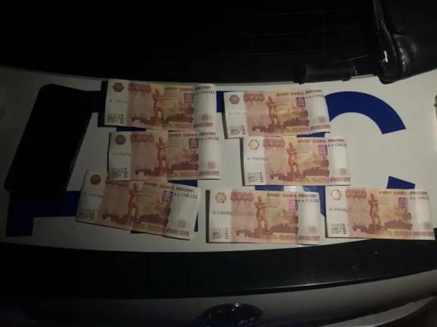 В Симферополе молодой парень пытался сбыть фальшивки номиналом 5 тысяч рублей