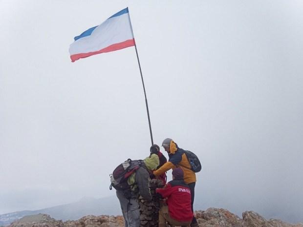 Крымские спасатели совершили восхождение на вершину Эклизи-Бурун и подняли там флаг Республики