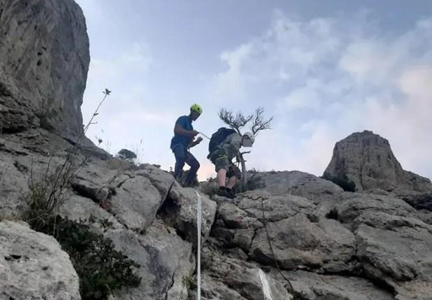 Для спасения застрявшего на горе Сокол туриста «КРЫМ-СПАС» проложил специальную веревочную «трассу»