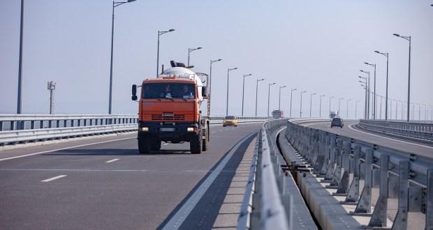 Более двух миллионов большегрузов проехало по Крымскому мосту