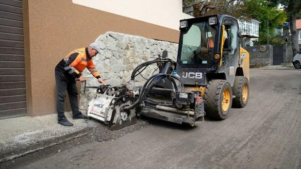 В южнобережной Алупке ведется ремонт дороги на шоссе Свободы
