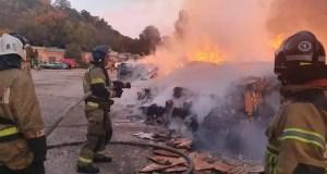Утренний пожар в Симферополе: горел склад с макулатурой