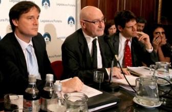 Farrell, a la derecha, es impulsado por el oficialismo.