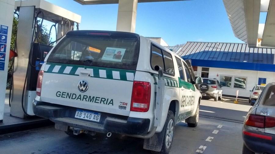 Una camioneta de Gendarmería con la foto de Santiago.