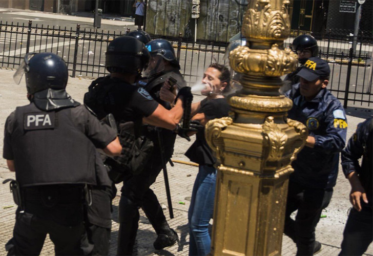Mendoza fue tacada con gas por la policía.