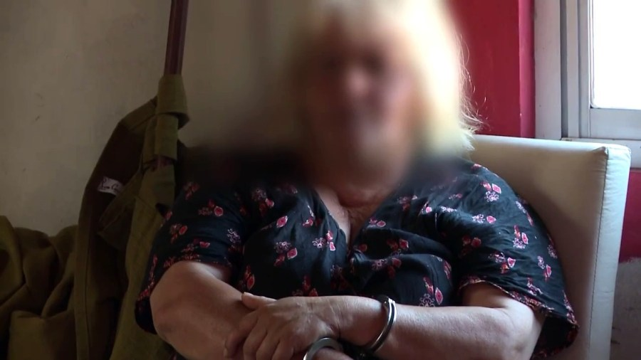 La abuela detenida por la policía.
