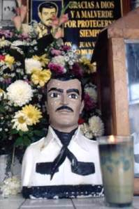 Büste von Jesús Malverde, mexikanischer Volksheld und Schutzpatron der Drogenschmuggler Quelle: Batianismo at the English language Wikipedia [GFDL or CC-BY-SA-3.0], via Wikimedia Commons