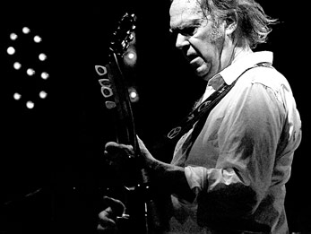 Neil Young bei einem Live-Auftritt 2008 in Florenz By Andrea Barsanti (Spirit Road) [CC-BY-2.0 or CC-BY-SA-3.0], via Wikimedia Commons