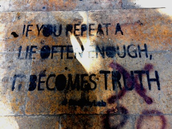 """""""If you repeat a lie often enough, it becomes truth."""" Streetart gesehen und fotografiert vom Autor"""