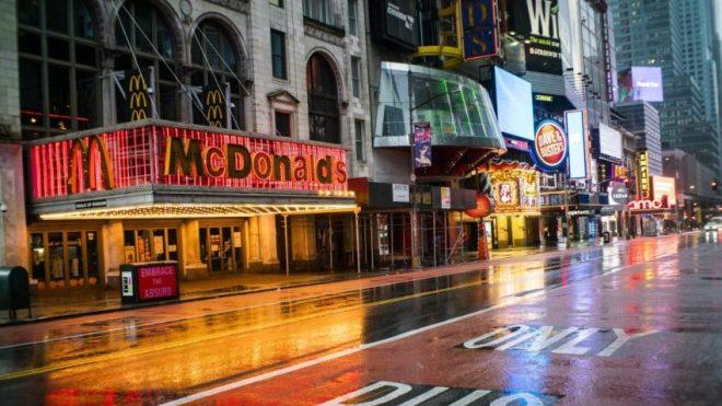 McDonald's ubicado en la calle 42 en Times Square que tiene un diseño al estilo Broadway