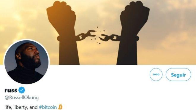 En su biografía de Twitter, el linier ofensivo de los Carolina Panthers, Russell Okung, expresa sus simpatías por Bitcoin, lo que podría animar a otros deportistas a exigir salarios en monedas digitales. Fuente: Twitter