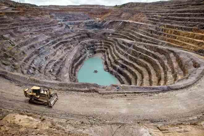 La minería a cielo abierto genera decenas de veces más contaminación que Bitcoin, pero no hace frente a las críticas de políticos y empresarios. Fuente: Semana