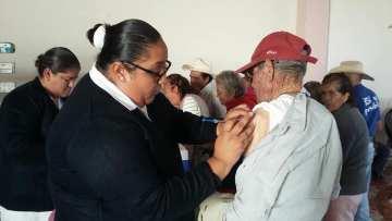 Vacunan a los adultos mayores contra la influeza