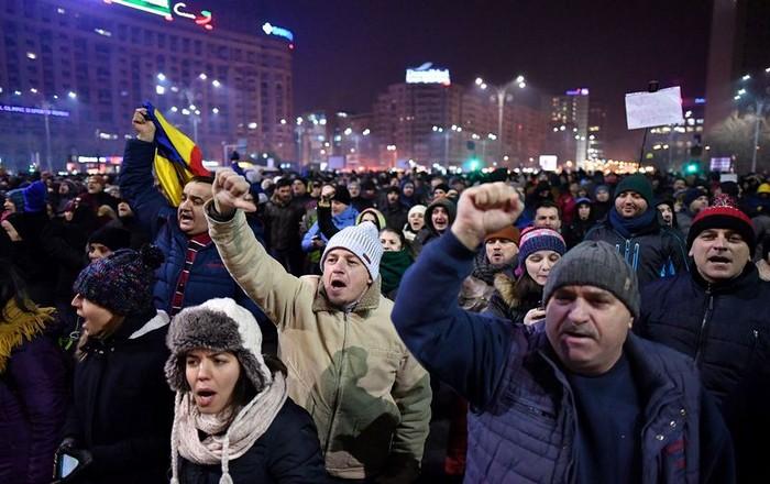 Ρουμανία: Με μώλωπες βγήκε η κυβέρνηση από την πρώτη κρίση
