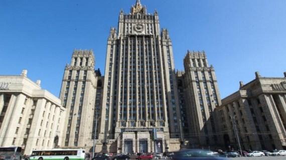 Η Ρωσία κατεβάζει τους τόνους, διαχωρίζει άτομα και πολιτικές