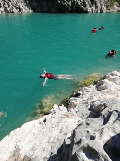 nadando-en-cascadas