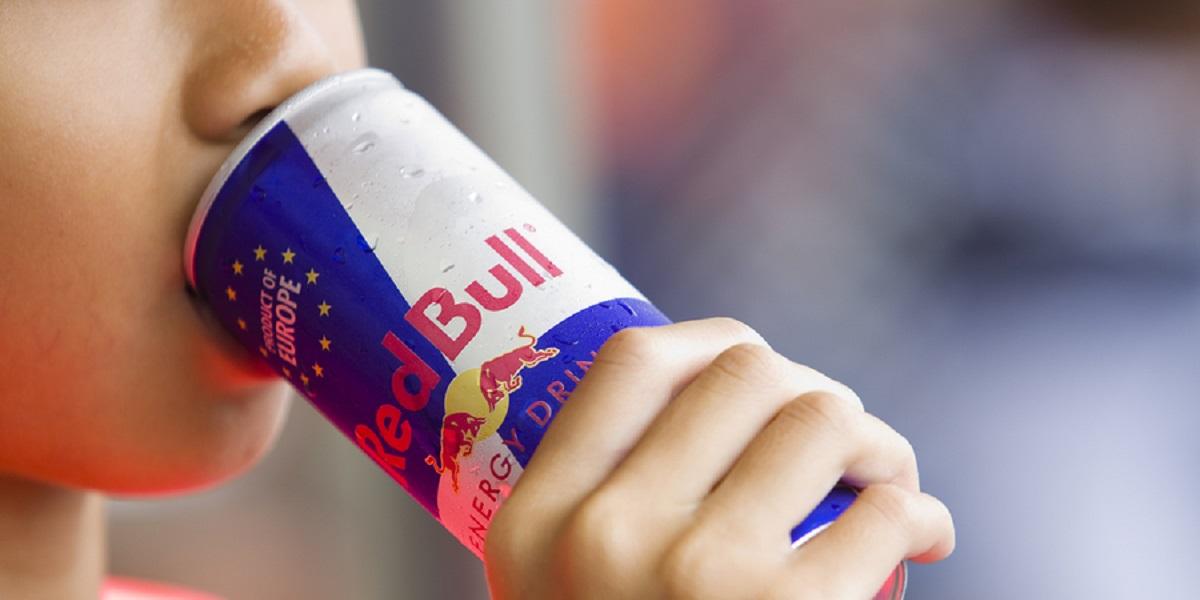 ребенок пьет Red Bull, энергетический напиток, Red Bull