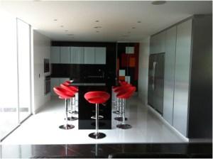 muebles para cocinas en madera y recubrimiento en cristal laminado