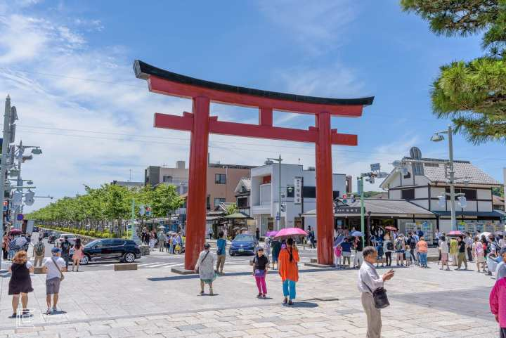 Huge red torii gate in Kamakura, image by Tokyo Photographer Cristian Bucur