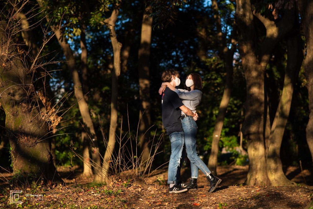 Photo session for couples wearing a mask