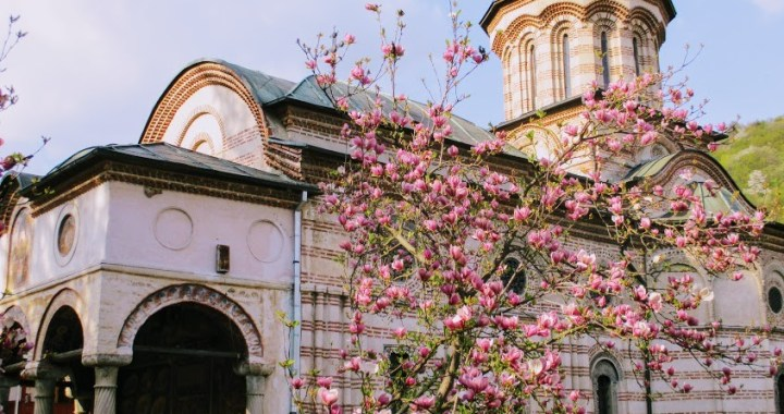 Manastirea Cozia, imbracata in culorile primaverii