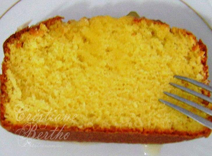 receita de bolo de fubá e laranja com cobertura de frutas cristalizadas