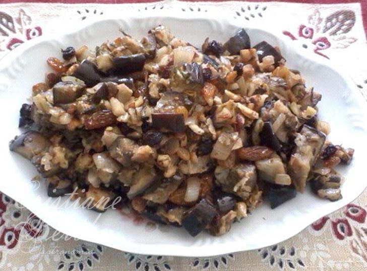 Receita de escabeche preparada com beringela, nozes e uvas-passas