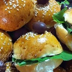 Sanduíche de rúcula com queijo defumado