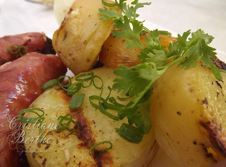 Receita de batata assada com ervas e azeite.