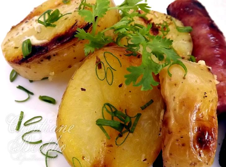 Receita de batata assada preparada com ervas e azeite.