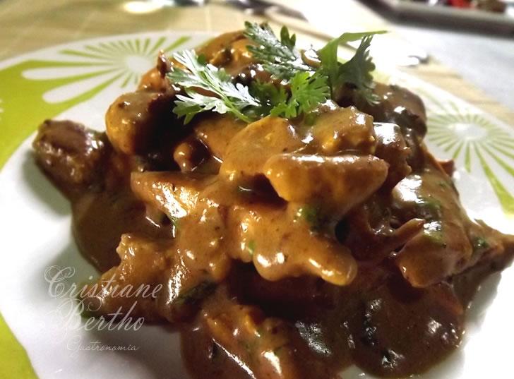 Receita de frango preparada com molho de mostarda escura.