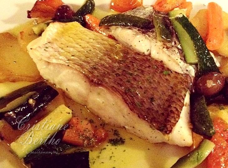 Receita de filé de peixe preparado ao forno com legumes.