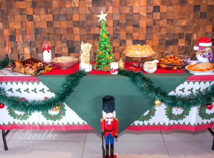 Receita Árvore de Natal Trufada com chocolate escuro e decorada com chantilly e frutas