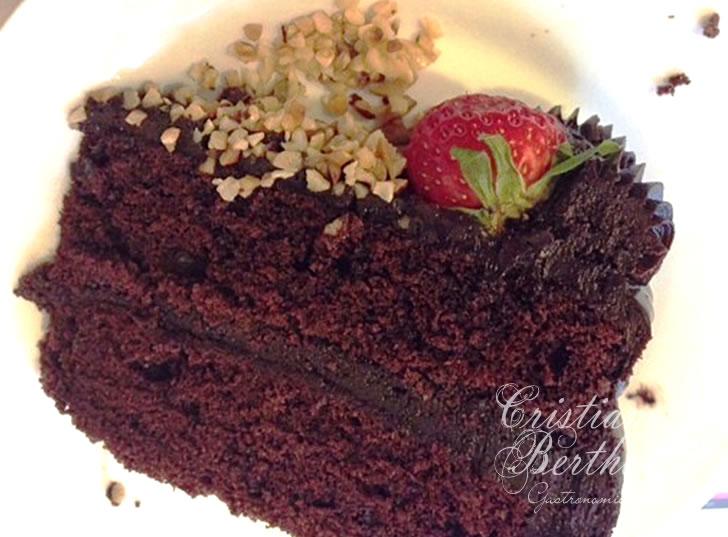Receita de bolo de chocolate recheado com trufa ao rum