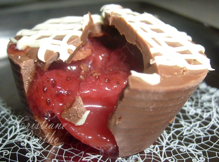 Receita de copinhos de chocolate com recheio de morango