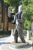 Monumento à Franz Kafka, localizado em frente a Sinagoga espanhola em Praga.